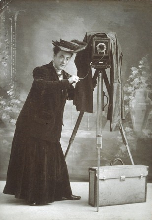 Jessie_Tarbox_Beals_with_camera_Schlesinger_Library.jpg, oct. 2019